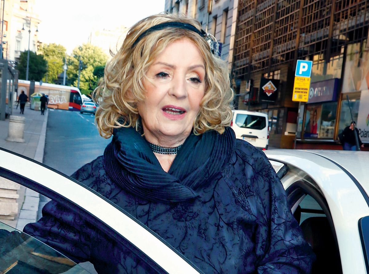 Lepa Lukić ulazi u kola