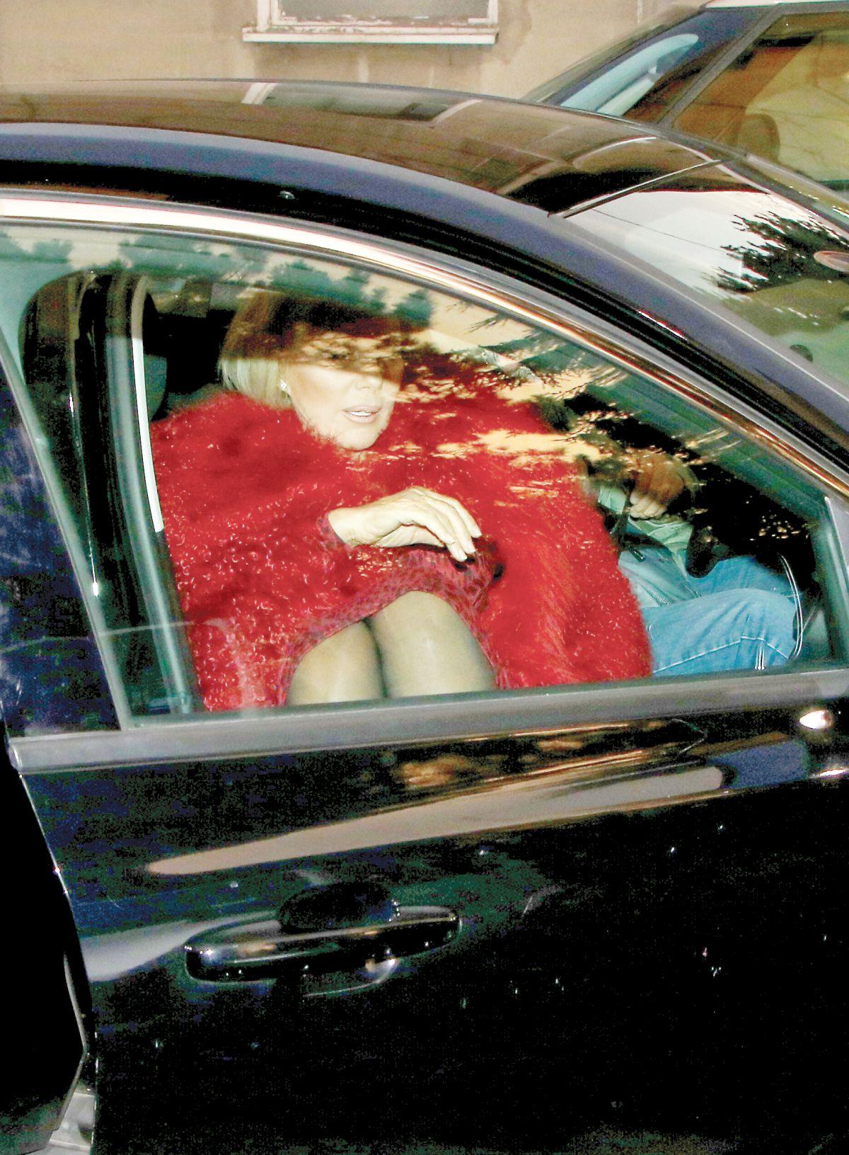 Brena u Crvenoj bundi ulazi u auto